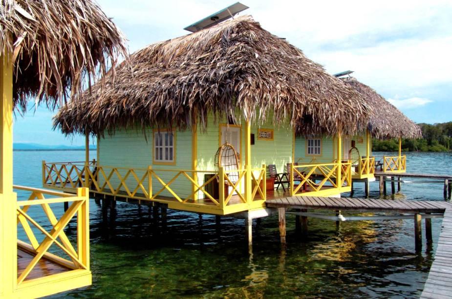 """Os bangalôs do <a href=""""http://www.booking.com/hotel/pa/punta-caracol-acqua-lodge.pt-br.html?aid=332455&label=viagemabril-hoteisflutuantes"""" rel=""""Punta Caracol Acqua Lodge"""" target=""""_blank"""">Punta Caracol Acqua Lodge</a> ficam dentro da água, isolados como pequenas ilhas flutuantes"""