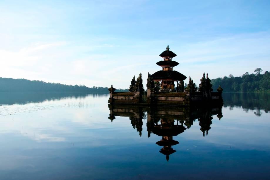 O templo hindu Pura Ulu Danu Bratan, no lago Bratan de Bali, é dedicado ao deus Shiva e foi construído no século 17