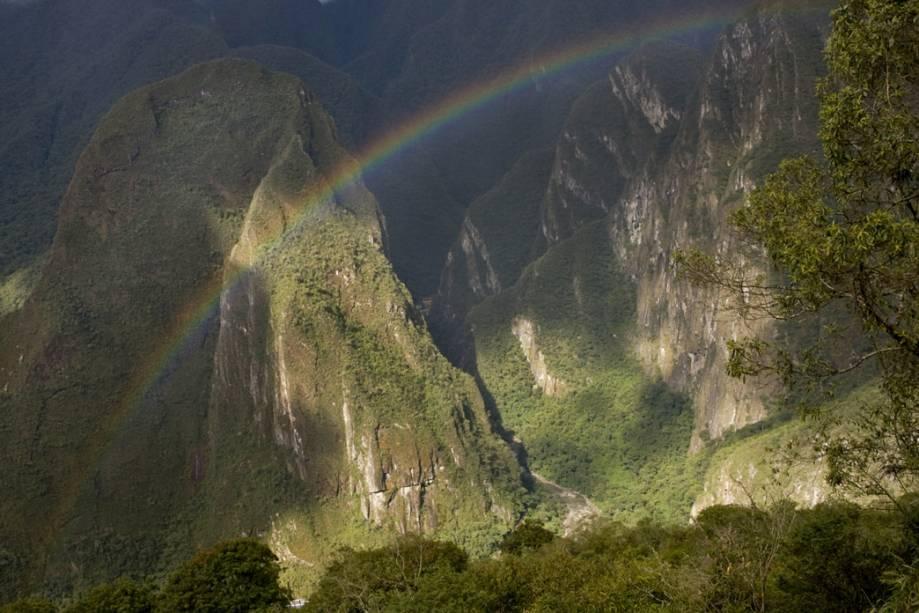 """<strong>10. Putucusi</strong>    A """"montanha feliz"""", em quéchua, é um desafio e tanto para quem quer apreciar Machu Picchu de um novo ângulo. A caminhada até seu topo, a 2.400 metros sobre o nível do mar (altura similar à da montanha encimada pela cidadela de pedra), leva cerca de três horas e exige bom preparo físico. É preciso, claro, ter o acompanhamento de um guia"""