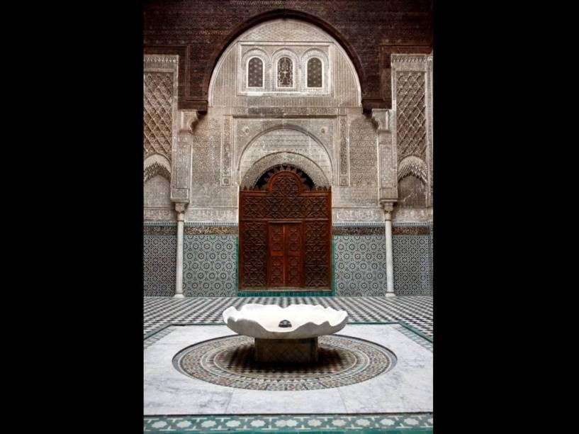 <strong>Madrasa Al-Attarin, Fez, Marrocos</strong>                                As madrasas eram espaços dedicados para o ensino e o estudo do Corão. A de Al-Attarin, em Fez, também era uma espécide oásis. Seu pátio ricamente ornamentado com grafismos e caligrafia, silencioso e fresco, era um local de contemplação e divulgação de ideias