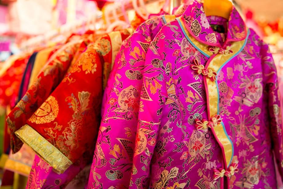 <strong>China: qípáo</strong> Também chamado de cheongsam, este vestido chinês foi criado, como é hoje, na década de 1920, em Shanghai, para as mulheres das classes altas usarem. Seu design teve influências ocidentais, como o jazz e a art decó. Com um ar um tanto misterioso, é uma vestimenta justa e com uma gola na diagonal que abraça e alonga o corpo
