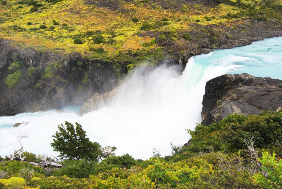"""Do lado da <a href=""""http://viajeaqui.abril.com.br/cidades/ar-patagonia"""" rel=""""Patagônia"""" target=""""_blank"""">Patagônia</a> chilena, a floresta de <strong>Huilo-Huilo</strong> já ganhou o apelido de """"encantada"""" pelos visitantes e moradores da região. Aqui, é possível encontrar vulcões nevados, rios, lagos, bosques e até cachoeiras - paisagens que destoam um pouco das geleiras e montanhas que marcam sua identidade"""