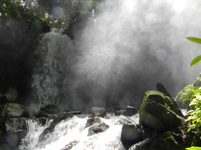 """<a href=""""http://viajeaqui.abril.com.br/cidades/br-mt-chapada-dos-guimaraes"""" rel=""""Chapada dos Guimarães"""" target=""""_blank""""><strong>Chapada dos Guimarães</strong></a>    Uma das diversas quedas dágua do Parque Nacional da Chapada dos Guimarães"""