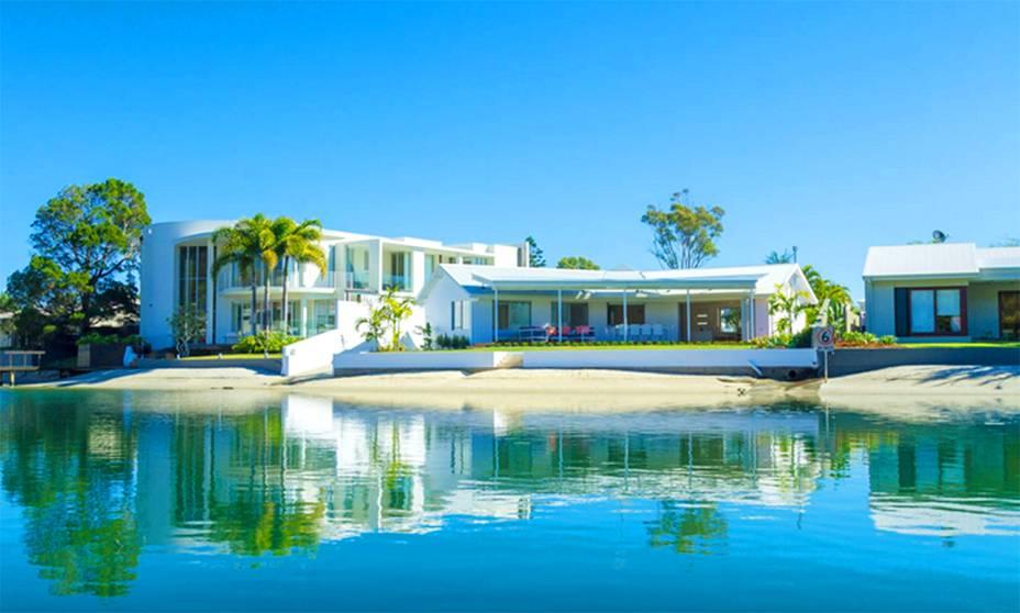 """<strong>Queensland, <a href=""""http://viajeaqui.abril.com.br/paises/australia"""" rel=""""Austrália"""" target=""""_self"""">Austrália</a></strong>    Localizada em uma das belas regiões desse país privilegiado, repleto de belas praias e cenários inesquecíveis, a casa é extremamente moderna, com uma piscina espaçosa com o entorno propenso a festas que estendem pela madrugada. <strong><a href=""""https://www.airbnb.com.br/rooms/6706506?s=hg0W"""" rel=""""Alugue aqui"""" target=""""_self"""">Alugue aqui</a></strong>    <em><a href=""""http://www.booking.com/city/au/noosa-heads.pt-br.html?aid=332455&label=viagemabril-lugares-incr%C3%ADveis-para-casar"""" rel=""""Veja preços de hotéis próximos a Queensland no Booking.com"""" target=""""_blank"""">Veja preços de hotéis próximos a Queensland no Booking.com</a></em>"""