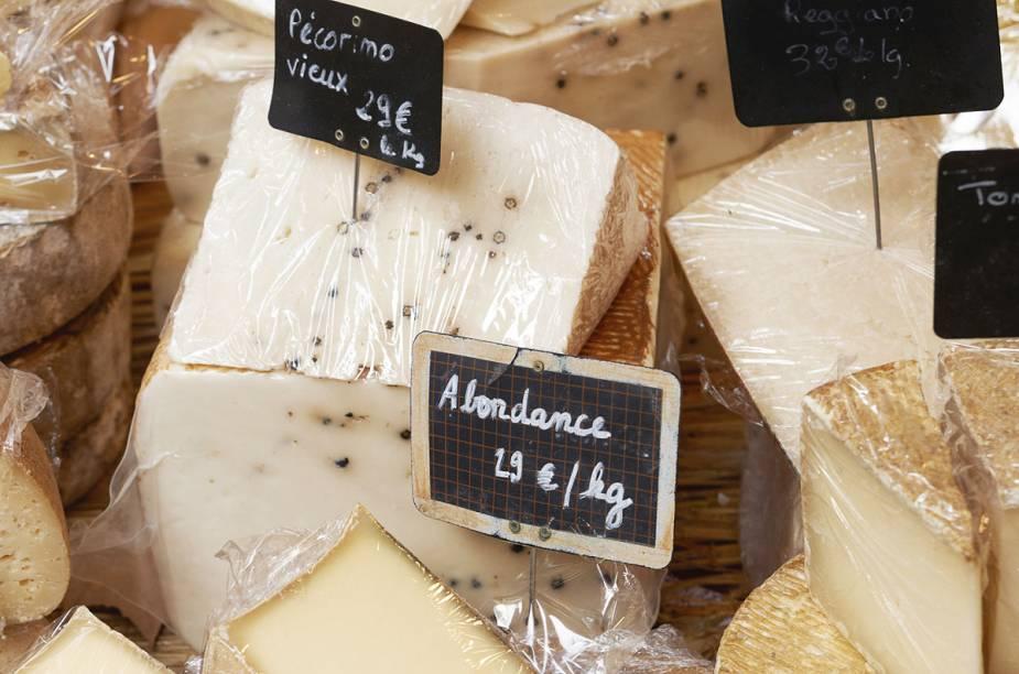 Impossível resistir a dois ou três tipos de queijo no mercado de rua de Aix-en-Provence