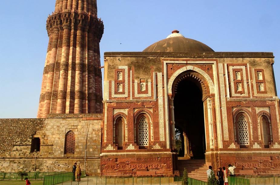 O portão milenar do Qutb Minar, uma relíquia
