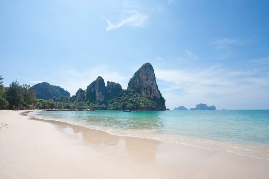 """<strong>Railay Beach, <a href=""""http://viajeaqui.abril.com.br/paises/tailandia"""" rel=""""Tailândia"""" target=""""_self"""">Tailândia</a></strong>A praia é rodeada por grandes rochas. De dentro do mar, há um trecho que conduz até uma caverna. Nada assustador, já que será preciso adentrar em um mar de cor esverdeada para chegar lá<em><a href=""""http://www.booking.com/city/th/railay-beach.pt-br.html?aid=332455&label=viagemabril-praias-da-malasia-tailandia-indonesia-e-filipinas"""" rel=""""Veja preços de hotéis na Praia de Railay no Booking.com"""" target=""""_blank"""">Veja preços de hotéis na Praia de Railay no Booking.com</a></em>"""