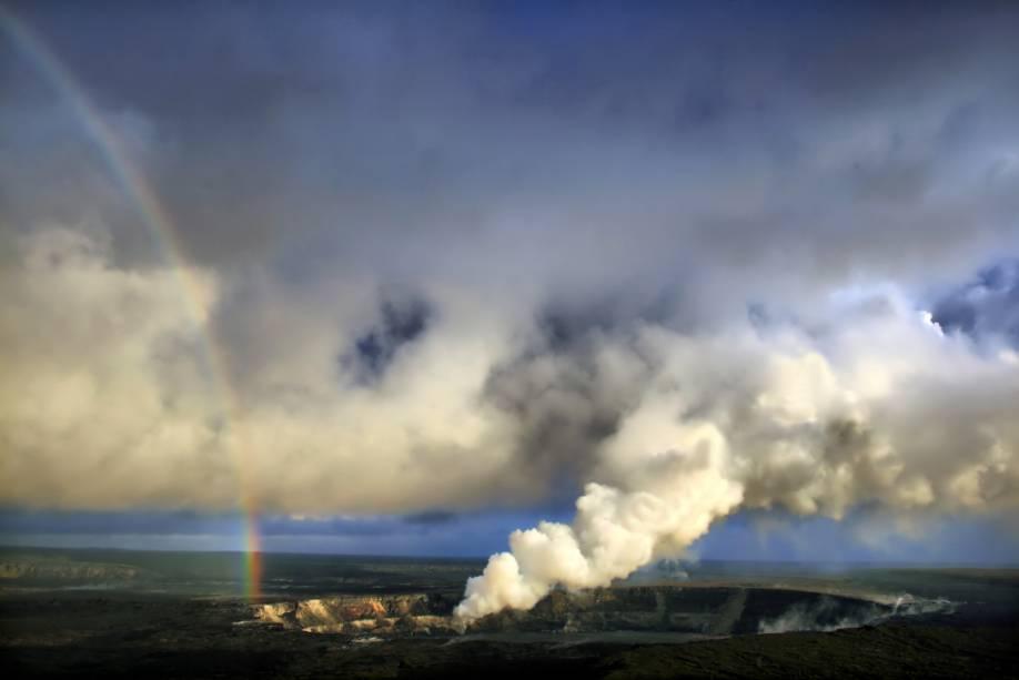 """<a href=""""http://viajeaqui.abril.com.br/cidades/estados-unidos-honolulu"""" target=""""_blank"""" rel=""""noopener""""><strong>Kilauea, Havaí</strong></a> Na maior parte do tempo, a """"lama"""" de rocha derretida sai tranquilamente em movimentos lentos e previsíveis, fazendo com que, ironicamente, este seja um dos vulcões ativos mais acessíveis do mundo. É possível fazer uma trilha ao redor da caldeira incandescente a apenas 100 metros do magma. Se for ao Havaí, não deixe de fazer uma visita a esta maravilha da natureza"""