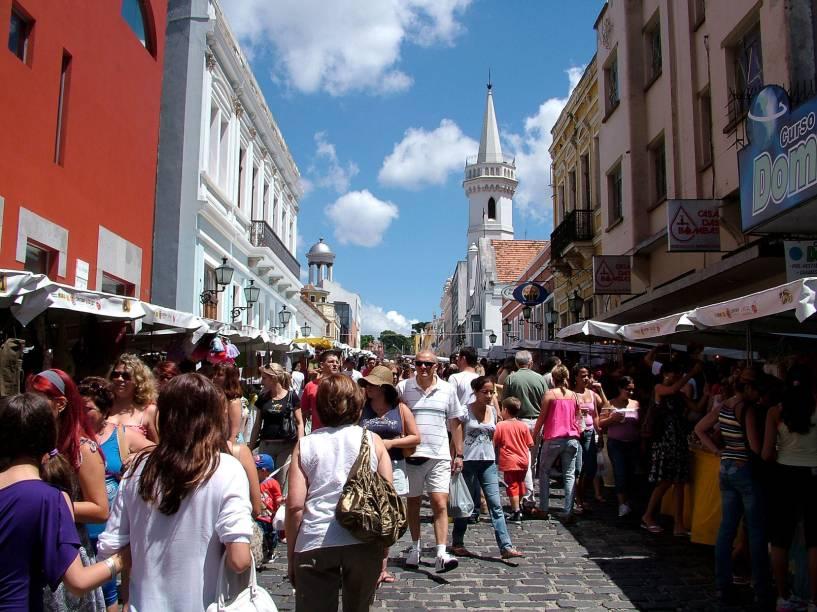 """<strong><a href=""""http://viajeaqui.abril.com.br/estabelecimentos/br-pr-curitiba-atracao-feira-do-largo-da-ordem"""" rel=""""Feira do Largo da Ordem"""">Feira do Largo da Ordem</a>: </strong>é uma das maiores do país, com centenas de barraquinhas de artesanato e antiguidades enfileiradas da Praça Garibaldi até a rua Barão do Serro Azul"""