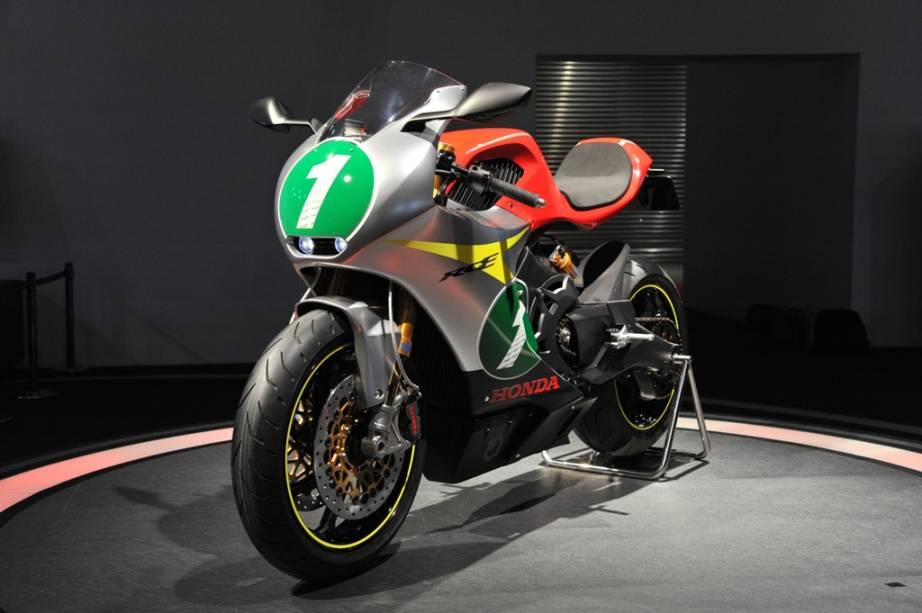Com cara agressiva, freios Brembo, rodas aro 17 e porte de super-esportiva de 250 cc, a RC-E já chamaria a atenção dos amantes do motociclismo, mas sua característica mais marcante é o motor elétrico desenvolvido pela Honda, o mais marcante passo da montadora neste mercado