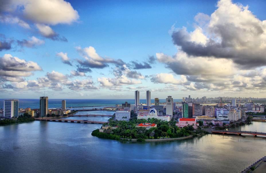 """O <a href=""""http://viajeaqui.abril.com.br/cidades/br-pe-recife"""" rel=""""Recife"""" target=""""_blank"""">Recife</a> não é só praia – é também muita história. Clique na seta à direita desta foto para ver um roteiro a pé pelos pontos mais clássicos do <a href=""""http://viajeaqui.abril.com.br/estabelecimentos/br-pe-recife-atracao-recife-antigo"""" rel=""""Recife Antigo"""" target=""""_blank"""">Recife Antigo</a> – o centro histórico da capital pernambucana, em um percurso de 4,7 quilômetros com duração média de 8 horas"""