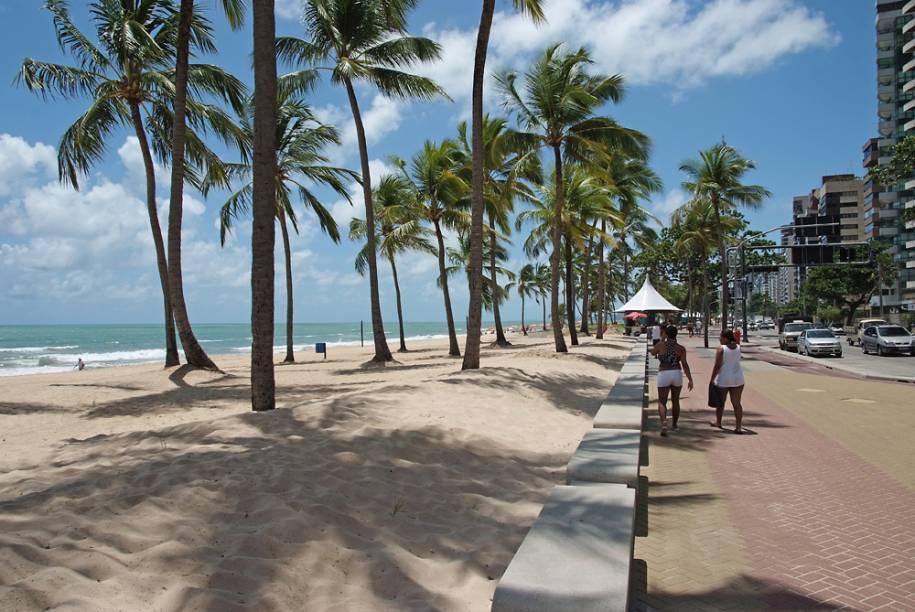 """A <a href=""""http://viajeaqui.abril.com.br/estabelecimentos/br-pe-recife-atracao-praia-boa-viagem"""" rel=""""praia de Boa Viagem"""" target=""""_blank"""">praia de Boa Viagem</a>, no <a href=""""http://viajeaqui.abril.com.br/cidades/br-pe-recife"""" rel=""""Recife"""" target=""""_blank"""">Recife</a>, tem um calçadão de9 quilômetros, com ciclovia e quiosques"""