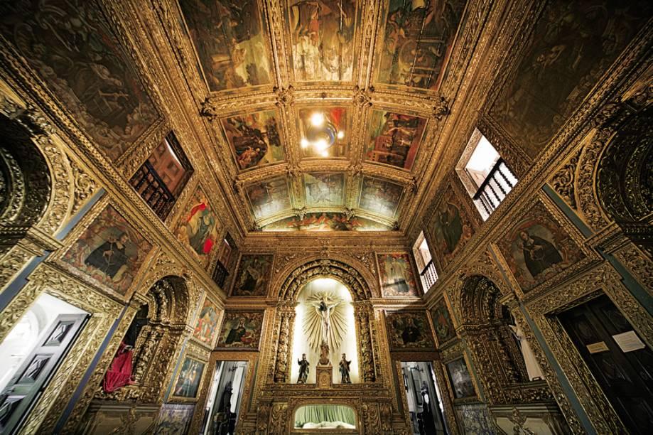 A linda Capela Dourada, com altar e teto de cedro folheados a ouro, está entre as atrações mais visitadas no centro histórico
