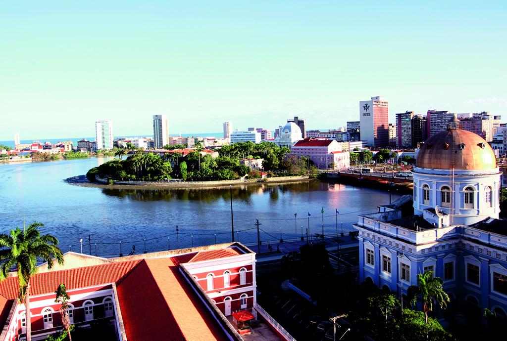 A paisagem urbana de Recife é cortada por rios e pontes e adornada por fortes e igrejas que revelam a mistura dos domínios português e holandês no século 17