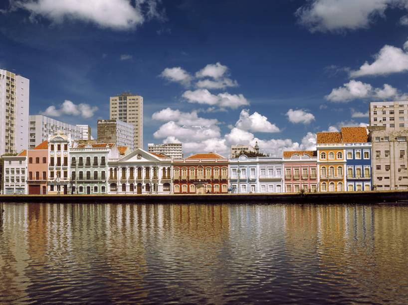 Às margens do Rio Capibaribe, a Rua da Aurora é composta por coloridos sobrados do século 19