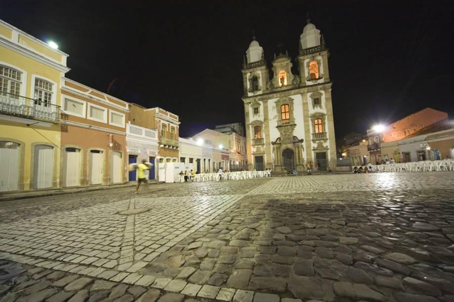 """<strong>3.</strong> <strong><a href=""""http://viajeaqui.abril.com.br/estabelecimentos/br-pe-recife-atracao-patio-de-sao-pedro"""" rel=""""PÁTIO DE SÃO PEDRO"""" target=""""_blank"""">PÁTIO DE SÃO PEDRO</a></strong> (0 metro)        A catedral passaria quase despercebida não fosse este recuo com coloridos sobrados. Luiz Gonzaga e Chico Science têm pequenos memoriais.<em>Pátio de São Pedro, s/nº, Santo Antônio</em>"""