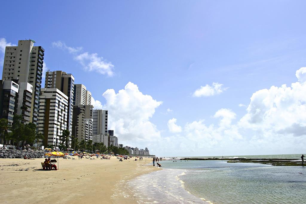 Não é recomendado ultrapassar a barreira de recifes em toda a costa da capital de Pernambuco, pois há risco de ataque de tubarões
