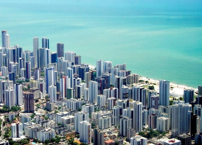 """Vista aérea da <a href=""""http://viajeaqui.abril.com.br/estabelecimentos/br-pe-recife-atracao-praia-boa-viagem"""" rel=""""praia Boa Viagem"""" target=""""_blank"""">praia Boa Viagem</a>, a mais badalada de <a href=""""http://viajeaqui.abril.com.br/cidades/br-pe-recife"""" rel=""""Recife (PE)"""" target=""""_blank"""">Recife (PE)</a>"""