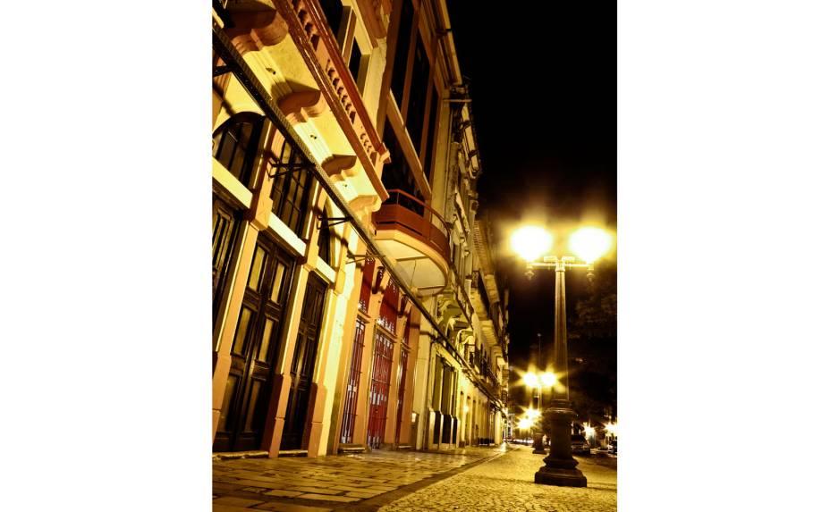 """<a href=""""http://viajeaqui.abril.com.br/estabelecimentos/br-pe-recife-atracao-feira-do-recife-antigo"""" rel=""""Recife Antigo:""""><strong>Recife Antigo: </strong></a>mesmo com a diminuição das ações de revitalização, lentamente, o lugar ganhou novos espaços, como o Centro Cultural dos Correios e o Santander Cultural e continua a se valorizar, com as suas fachadas coloridas e a animada feira de artesanatos no Bairro do Recife, que atrai muita gente aos domingos"""