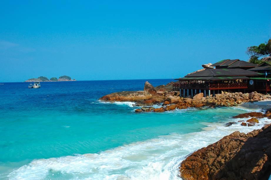 """<strong>Redang Island, <a href=""""http://viajeaqui.abril.com.br/paises/malasia"""" rel=""""Malásia"""" target=""""_self"""">Malásia</a></strong>As águas dessa bela ilha, que também é conhecida pelo nome de Pulau Redang, surpreendem com seu mar em tons de azul e verde, além da temperatura agradável para banho. Apesar dos pedreguhos da foto, o lugar oferece uma longa faixa de areia branca e fina, ideal para caminhadas<em><a href=""""http://www.booking.com/city/my/redang-beach.pt-br.html?aid=332455&label=viagemabril-praias-da-malasia-tailandia-indonesia-e-filipinas"""" rel=""""Veja preços de hotéis em Redang no Booking.com"""" target=""""_blank"""">Veja preços de hotéis em Redang no Booking.com</a></em>"""