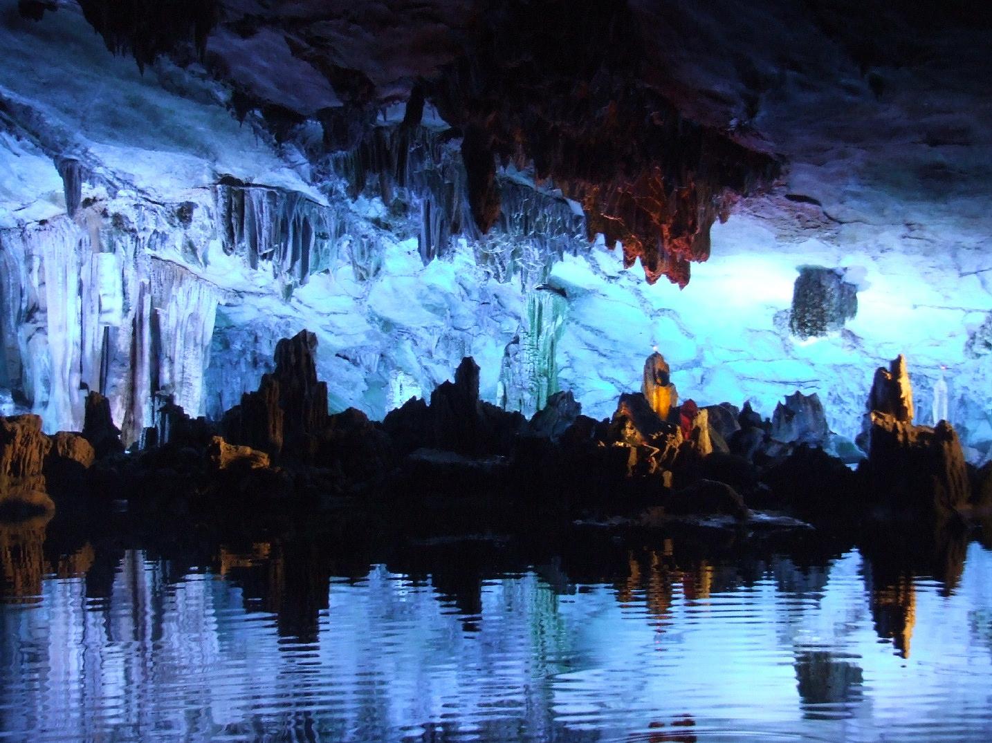 Caverna Reed Flute, na China, com lago refletindo as estalagmites
