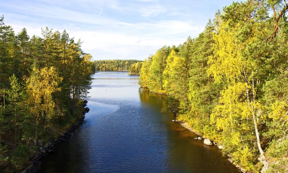 """<strong><a href=""""https://www.nationalparks.fi/repovesinp"""" target=""""_blank"""" rel=""""noopener"""">Parque Nacional de Repovesi</a>, Kouvola, Finlândia</strong> A Finlândia é um país que sabe valorizar o que a natureza tem de melhor. Por aqui, tudo entra em perfeita harmonia com seus lagos, bosques e florestas. No Parque de Repovesi, é possível encontrar pinheiros, bétulas e até animais silvestres em uma trilha básica <em><a href=""""http://www.booking.com/city/fi/kouvola.pt-br.html?aid=332455&label=viagemabril-parques-nacionais-pelo-mundo"""" target=""""_blank"""" rel=""""noopener"""">Veja preços de hotéis em Kouvola no Booking.com</a></em>"""