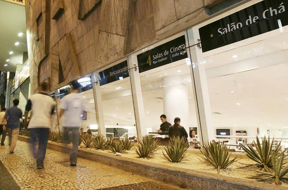 O Reserva Cultural tem salas de cinema com filmes alternativos e um café que fica num nível abaixo da calçada da Avenida Paulista