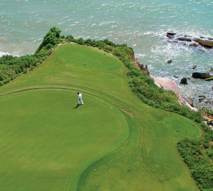 Aberto aos golfistas do Club Med, o green do Terravista flerta com as bordas da falésia