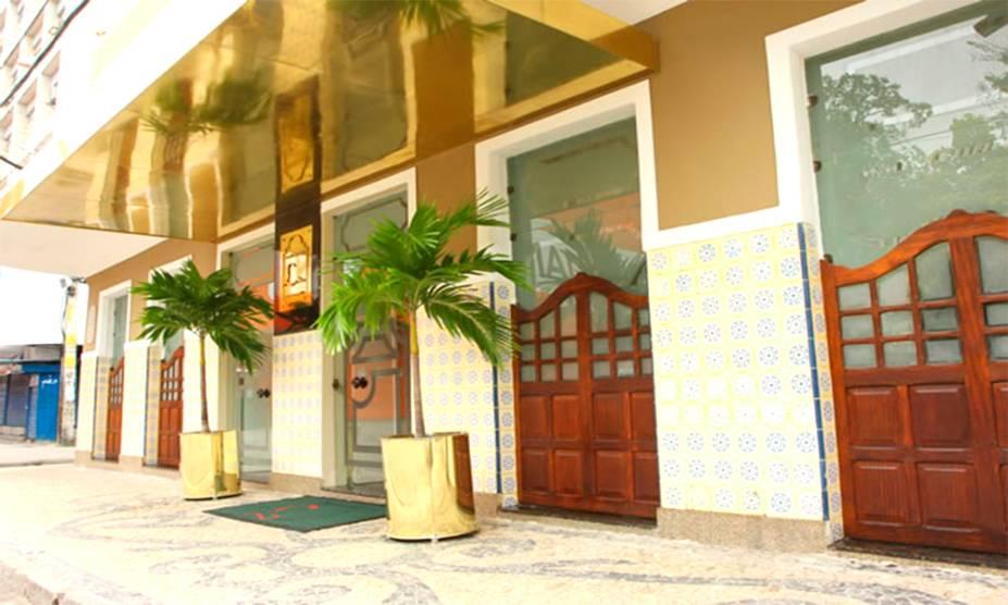 """<strong>6. <a href=""""http://viajeaqui.abril.com.br/estabelecimentos/br-pe-recife-restaurante-leite"""" rel=""""RESTAURANTE LEITE"""" target=""""_blank"""">RESTAURANTE LEITE</a></strong> (400 metros)        De 1882, ostenta o título de restaurante mais antigo do Brasil. Não é uma opção barata, mas vale provar o famoso bacalhau.<em>Praça Joaquim Nabuco, 147, Santo Antônio</em>"""