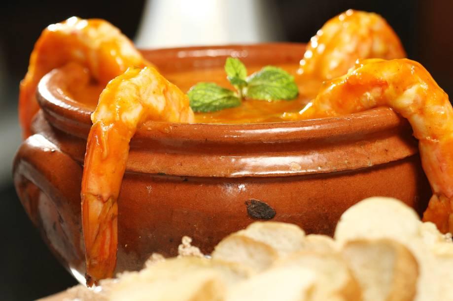 """<strong>7. <a href=""""http://viajeaqui.abril.com.br/estabelecimentos/br-rj-rio-de-janeiro-restaurante-rio-minho"""" rel=""""RIO MINHO"""" target=""""_self"""">RIO MINHO</a>(300 metros)</strong>            Hora de almoçar no mais antigo restaurante da cidade. Peça pela sopa Leão Veloso, feita com cabeça de peixe e suco da cabeça do camarão.            <em>Endereço: Rua do Ouvidor, 10</em>"""