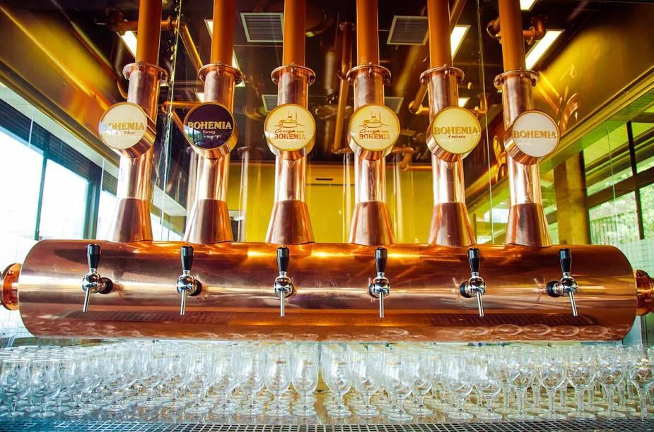 """A <a href=""""http://viajeaqui.abril.com.br/estabelecimentos/br-rj-petropolis-atracao-cervejaria-bohemia"""" rel=""""Cervejaria Bohemia"""" target=""""_blank"""">Cervejaria Bohemia</a>, em Petrópolis, oferece um tour interativo sobre a história e os processos de fabricação da cerveja. Além disso, há um restaurante no local, cujos pratos harmonizam com as bebidas da marca"""