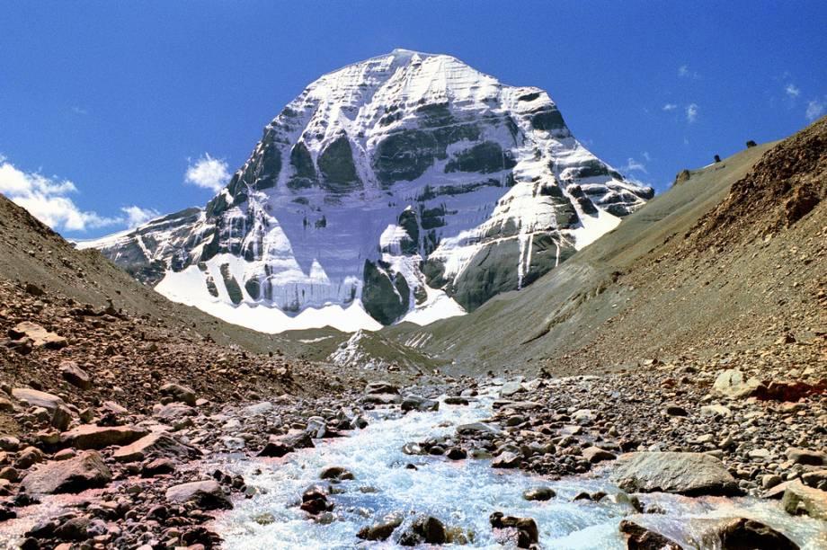<strong>Monte Kailash, Tibete, China</strong><br />A pirâmide nevada do Monte Kailash é considerada um local sagrado para cinco religiões. As águas de seu degelo servem de nascente para vários rios santos, como Brahmaputra, Indo e o Ganges (através de seu afluente Karnali). Tal é sua importância que escalá-lo é um tabu. Quando foi concedida uma permissão especial a Reinhold Messner – o primeiro homem a conquistar os 14 picos de mais de oito mil metros e a subir sozinho o Everest sem oxigênio suplementar –, ele simplesmente se negou. O entorno da montanha é muito visitado por seguidores do budismo, jainismo e hinduísmo.<br />