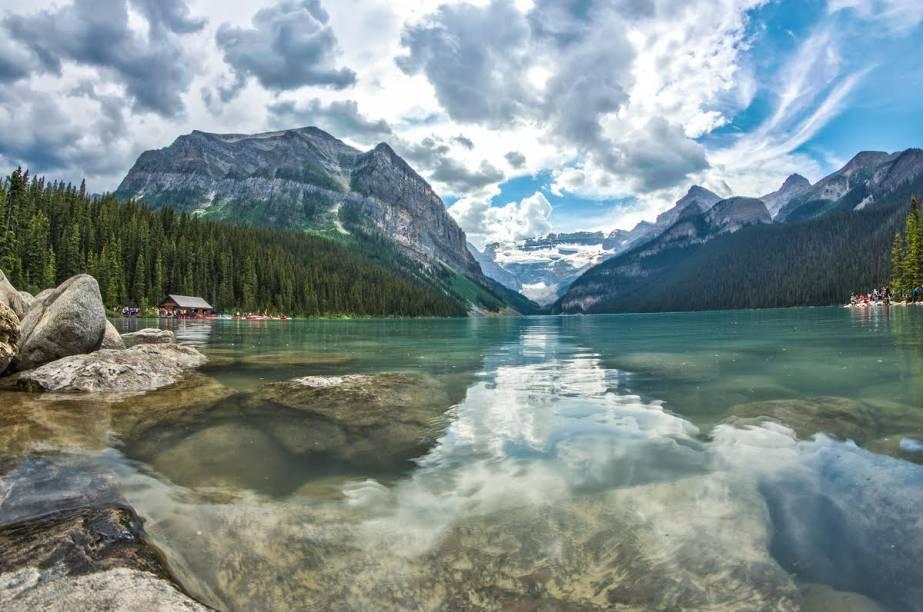 """<strong>8. <a href=""""http://viajeaqui.abril.com.br/paises/canada"""" rel=""""Canadá"""" target=""""_blank"""">Canadá</a></strong>                    Mesmo aparentemente dividido, o Canadá tem um povo tranquilo, cidades pequenas e muita natureza. Impossível não sentir o sopro da paz em suas paisagens naturais, como esta à beira do Lake Louise                    <a href=""""http://viajeaqui.abril.com.br/materias/trilhas-que-levam-pelas-montanhas-e-lagos-do-parque-nacional-de-banff"""" rel=""""+Como fazer as trilhas do Parque Nacional de Banff, no Canadá"""" target=""""_blank"""">+Como fazer as trilhas do Parque Nacional de Banff, no Canadá</a>"""