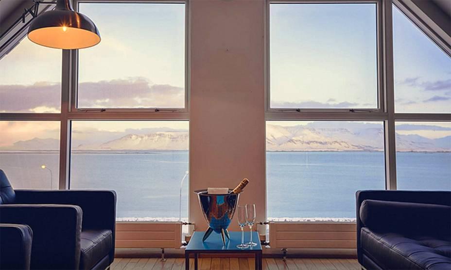 """<strong><a href=""""http://viajeaqui.abril.com.br/cidades/islandia-reykjavik"""" rel=""""Reykjavik"""" target=""""_self"""">Reykjavik</a>, <a href=""""http://viajeaqui.abril.com.br/paises/islandia"""" rel=""""Islândia"""" target=""""_self"""">Islândia</a></strong>    Entre os países menos habitados da Europa, a Islândia possui uma das paisagens mais encantadoras da região nórdica. Localizada próxima à igreja deHallgrimskirkja, a mansão possui um cenário luxuoso e extremamente romântico. A visão das montanhas é um espetáculo à parte.<strong><a href=""""https://www.airbnb.com.br/rooms/4807223?s=RZ30"""" rel=""""Alugue aqui"""" target=""""_self"""">Alugue aqui</a></strong>    <em><a href=""""http://www.booking.com/city/is/reykjavik.pt-br.html?aid=332455&label=viagemabril-lugares-incr%C3%ADveis-para-casar"""" rel=""""Veja preços de hotéis em Reykjavik no Booking.com"""" target=""""_blank"""">Veja preços de hotéis em Reykjavik no Booking.com</a></em>"""