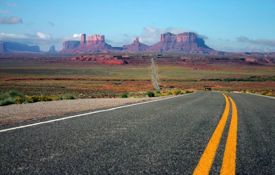 <strong>14. Route 163, Estados Unidos</strong>Em seus pouco mais de cem quilômetros, a US Highway 163, na divisa dos estados de Utah e Arizona, corta as formações rochosas do Monument Valley