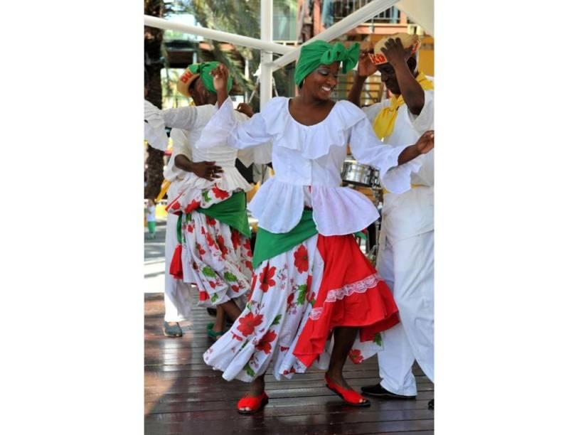 Terra de Jimmy Cliff e Bob Marley (para os mais velhos) e, para os mais jovens, Rihanna e Baha Men (<em>Who let the dogs out?</em>), o <strong>Caribe </strong>é uma mistura de sons latinos com fortes influências africanas. A lista de ritmos é interminável: reggae, mambo, salsa, calypso, rumba, merengue, reggaeton. Não tem fim. Assim como as noites. Na época do carnaval você encontrará festas fervilhantes em <strong>Trinidad e Tobago</strong> e <strong>Antigua</strong>. Já em ilhas como <strong>Curaçao</strong> (foto), você encontrará ritmos próprios, como a tumba