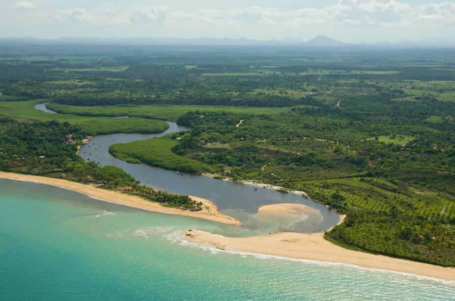 Rio Caraíva desaguando no mar, em Porto Seguro