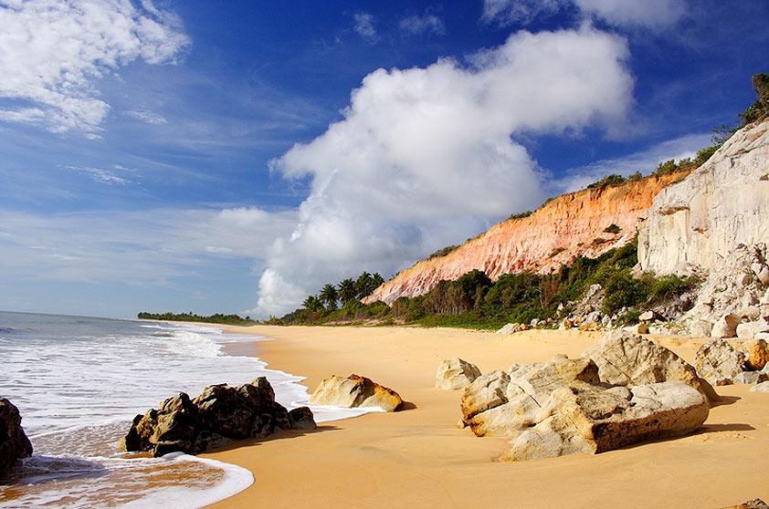 """<strong>Praia do Rio da Barra, Trancoso</strong>Do lado esquerdo, falésias avermelhadas; do direito, a foz do rio, que forma piscinas naturais de acordo com a variação da maré. O acesso pode ser feito a pé, por uma trilha de 40 minutos a partir da <strong>Praia dos Nativos</strong>ou de carro pela estrada para Arraial dAjuda. <a href=""""https://www.booking.com/searchresults.pt-br.html?aid=332455&sid=605c56653290b80351df808102ac423d&sb=1&src=searchresults&src_elem=sb&error_url=https%3A%2F%2Fwww.booking.com%2Fsearchresults.pt-br.html%3Faid%3D332455%3Bsid%3D605c56653290b80351df808102ac423d%3Bcity%3D900051125%3Bclass_interval%3D1%3Bdest_id%3D-635449%3Bdest_type%3Dcity%3Bdtdisc%3D0%3Bfrom_sf%3D1%3Bgroup_adults%3D2%3Bgroup_children%3D0%3Binac%3D0%3Bindex_postcard%3D0%3Blabel_click%3Dundef%3Bno_rooms%3D1%3Boffset%3D0%3Bpostcard%3D0%3Braw_dest_type%3Dcity%3Broom1%3DA%252CA%3Bsb_price_type%3Dtotal%3Bsearch_selected%3D1%3Bsrc%3Dsearchresults%3Bsrc_elem%3Dsb%3Bss%3DCara%25C3%25ADva%252C%2520Bahia%252C%2520Brasil%3Bss_all%3D0%3Bss_raw%3DCaraiva%3Bssb%3Dempty%3Bsshis%3D0%3Bssne_untouched%3DCorumbau%26%3B&ss=Trancoso%2C+Bahia%2C+Brasil&ssne=Cara%C3%ADva&ssne_untouched=Cara%C3%ADva&city=-635449&checkin_monthday=&checkin_month=&checkin_year=&checkout_monthday=&checkout_month=&checkout_year=&group_adults=2&group_children=0&no_rooms=1&from_sf=1&ss_raw=Trancoso%C2%A0&ac_position=0&ac_langcode=xb&dest_id=-676554&dest_type=city&place_id_lat=-16.592255&place_id_lon=-39.103043&search_pageview_id=c84b91d20cfa0346&search_selected=true&search_pageview_id=c84b91d20cfa0346&ac_suggestion_list_length=5&ac_suggestion_theme_list_length=0"""" target=""""_blank"""" rel=""""noopener""""><em>Busque hospedagens em Trancoso</em></a>"""