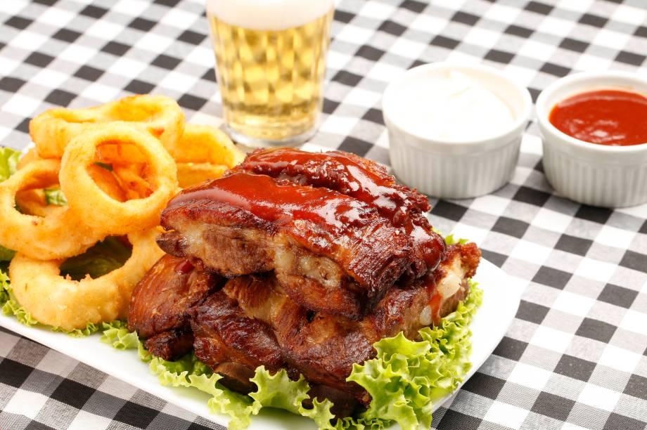 Costelinha ao molho barbecue com anéis de cebola, servido no boteco <strong>Palinha</strong>, estreante na edição carioca do <strong>Comida di Buteco. </strong><em>Rua Humaitá, 12, loja C, Humaitá, (21) 2539-5709, 2ª/dom 11h/0h.</em>