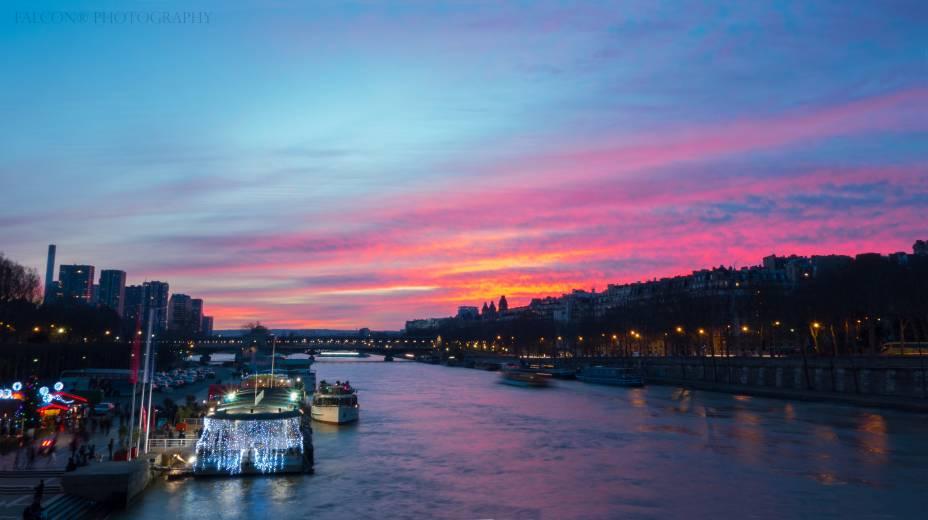 O Rio Sena (foto) dá um toque final ao cenário cinematográfico da cidade de Paris. O passeio de barco por aqui é, com certeza, um dos mais famosos do mundo