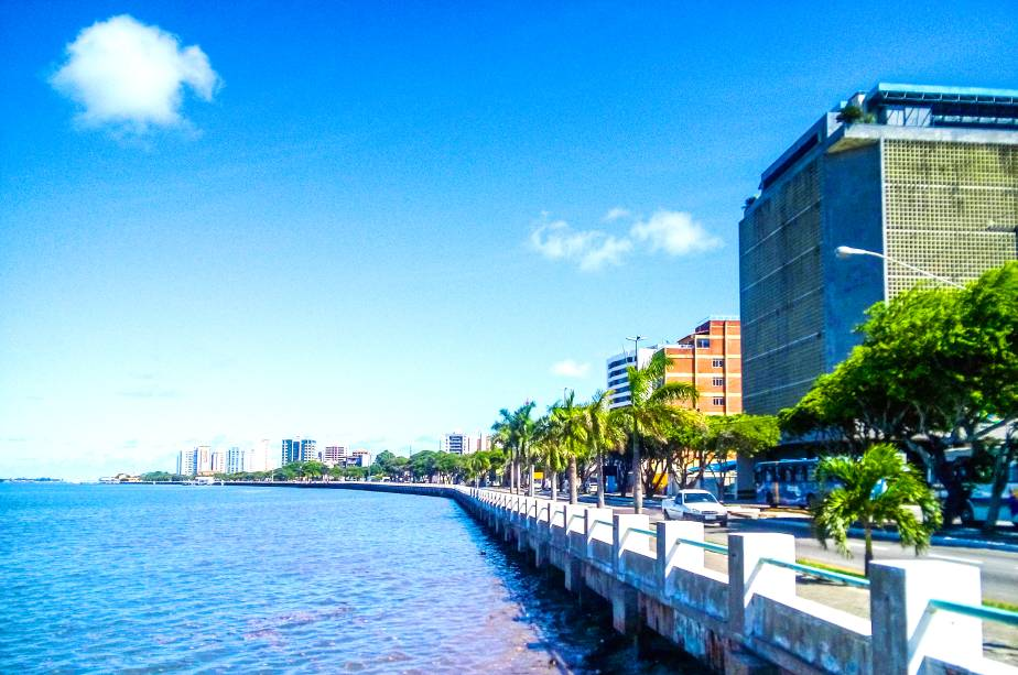 """Pequena, charmosa, histórica e acolhedora. A sergipana <strong><a href=""""http://viajeaqui.abril.com.br/cidades/br-se-aracaju"""" rel=""""Aracaju"""" target=""""_self"""">Aracaju</a></strong> é a menor entre as capitais do Nordeste, mas nem por isso deixa a desejar"""