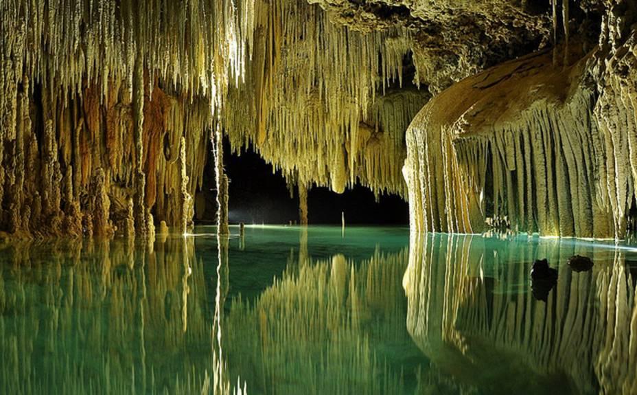 <strong>3. Río Secreto</strong>Aqui rola uma experiência imperdível: mergulho em uma caverna de delicada e rara beleza modelada por um rio subterrâneo