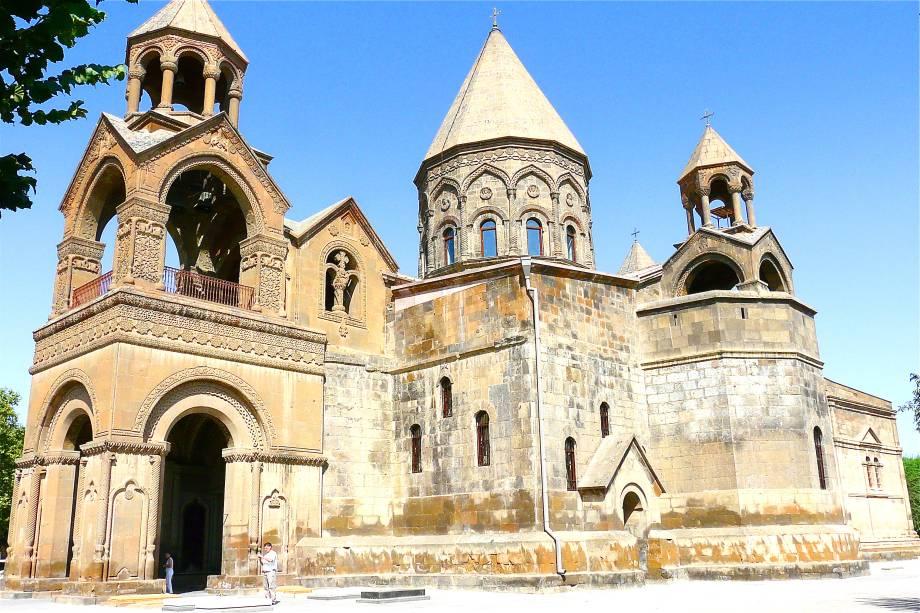Situada em uma região montanhosa, a Armênia tem construções que evidenciam suas raízes no Cristianismo. Na antiguíssima Vagharshapat, há a emblemática Catedral de Etchmiadzin, datada do século V. Linda e bem preservada, ela é um dos cartões-postais mais emblemáticos do país, sendo considerada a catedral mais antiga do mundo.