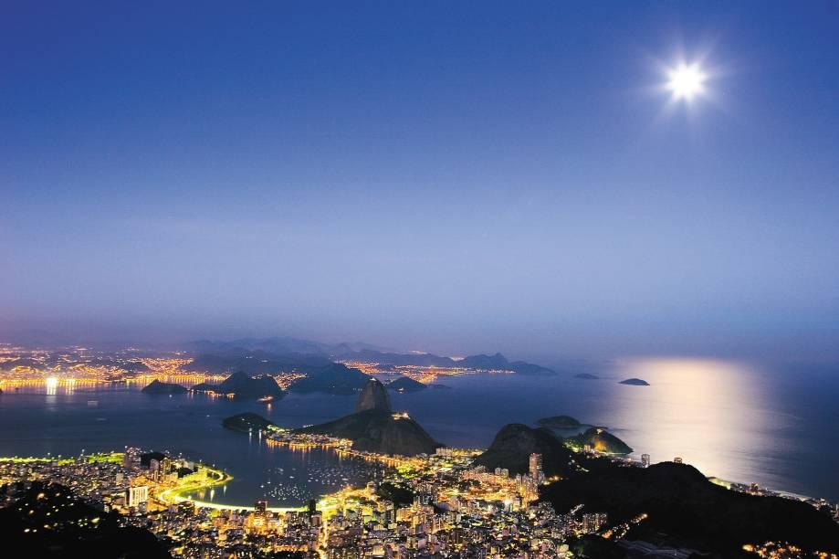Anoitecer no Rio de Janeiro (RJ) com o Morro do Pão de Açúcar, Baía de Guanabara e Enseada de Botafogo.