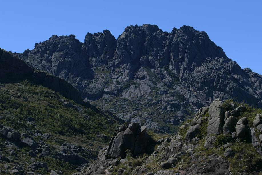 """<strong><a href=""""http://viajeaqui.abril.com.br/estabelecimentos/br-mg-itamonte-atracao-parque-nacional-de-itatiaia"""">Parque Nacional do Itatiaia (RJ)</a></strong>Primeiro parque nacional do Brasil, o Itaiaia foi inaugurado em 1937 por Getúlio Vargas. Há duas portarias: uma dá acesso somente aos passeios da """"parte baixa"""" do parque, outra (Engenheiros Passos) dá acesso à """"parte alta"""", onde estão o Maciço das Prateleiras e Pico das Agulhas Negras. É recomendável contratar um guia para explorar a parte alta do Itatiaia."""