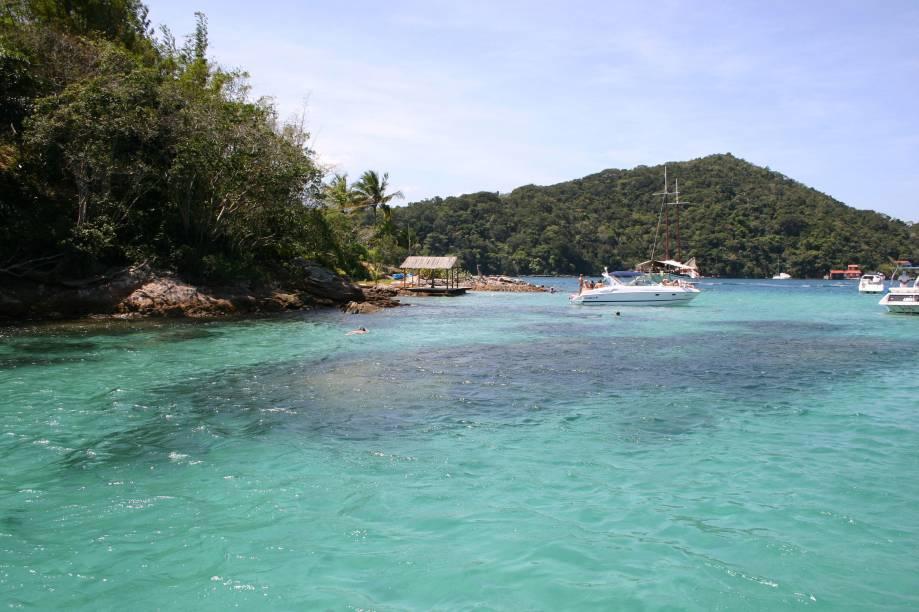 A Lagoa Azul em Ilha Grande (RJ) é uma enseada de águas calmas e cristalinas. Snorkel e nadadeira são suficientes para aproveitar o lugar, que é repleto de peixes.