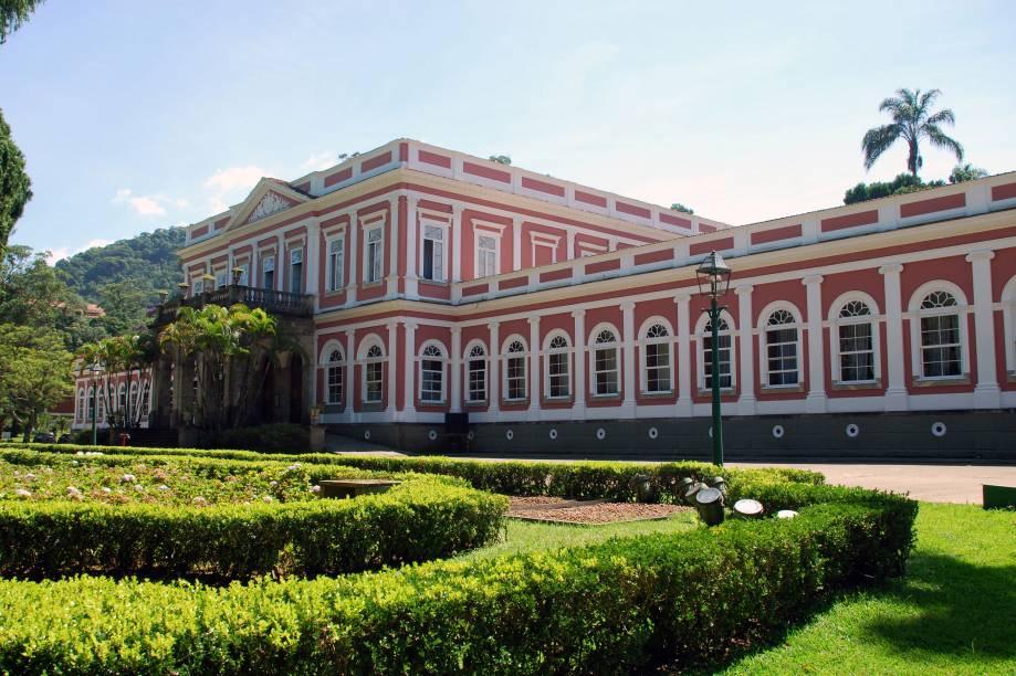"""O <a href=""""http://viajeaqui.abril.com.br/estabelecimentos/br-rj-petropolis-atracao-museu-imperial/"""" rel=""""Museu Imperial"""" target=""""_blank"""">Museu Imperial</a>, em <a href=""""http://viajeaqui.abril.com.br/cidades/br-rj-petropolis"""" rel=""""Petrópolis (RJ)"""" target=""""_blank"""">Petrópolis (RJ)</a>, era o refúgio da família imperial no verão. Andar pelos salões do palácio é como transportar-se para dentro de um livro de história. Tudo parece intacto, como se Dom Pedro II e sua família ainda frequentassem o lugar"""