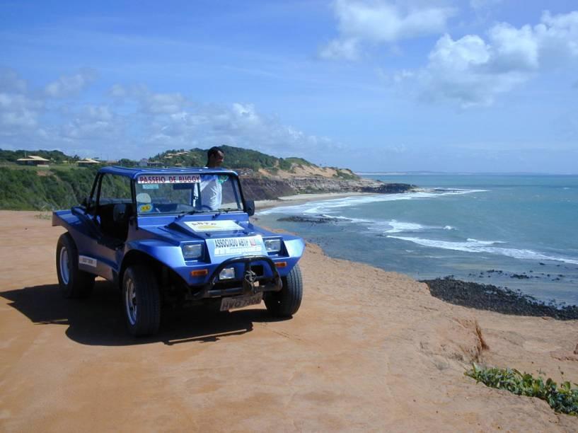 Outra opção popular de passeio, o bugue percorre vários roteiros no litoral – um deles leva até Baía Formosa, perto da divisa com a Paraíba