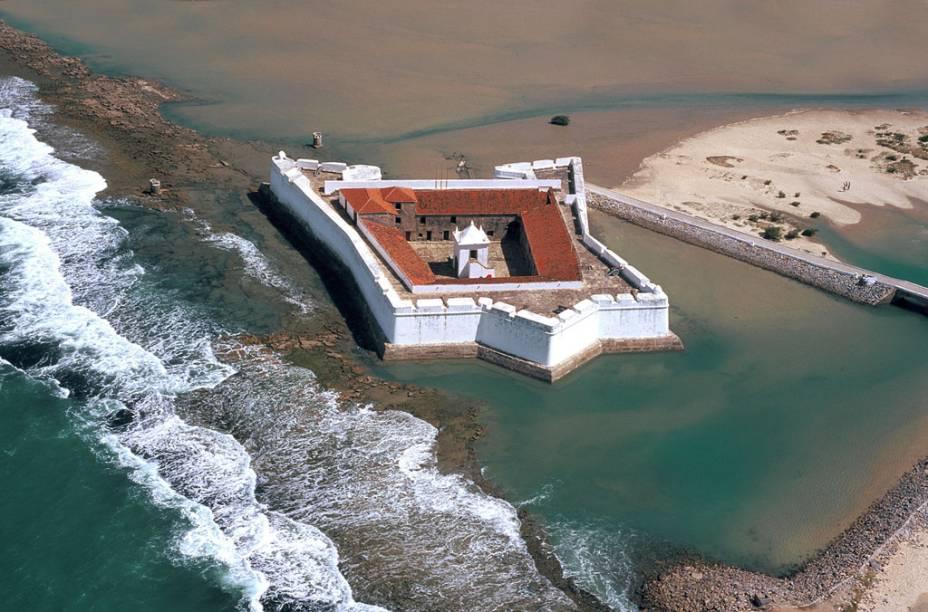 No canto esquerdo da Praia do Forte, em Natal, está o <strong>Forte dos Reis Magos</strong>. Em forma de estrela, está erguido sobre recifes com cascalho de ostras, óleo de baleia, areia e pedras. É aqui que está guardado o Marco de Touros, de 1501, considerado o mais antigo documento histórico do Brasil