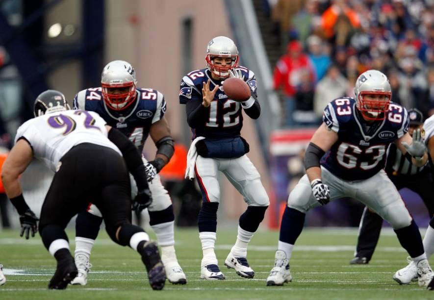 """<strong>1. Super Bowl XLVI</strong><br />    Este, sem dúvida, é o acontecimento do ano nos <a href=""""http://viajeaqui.abril.com.br/paises/estados-unidos"""" rel=""""Estados Unidos"""" target=""""_blank""""><strong>Estados Unidos</strong></a>.<br />    Nenhum evento esportivo de um dia é mais rentável ou assistido que a final da liga de futebol americano dos EUA, o <strong>Super Bowl da NFL</strong>. Nos intervalos do jogo acontecem shows de astros internacionais como <strong>U2</strong>, <strong>The Who</strong>, <strong>Rolling Stones </strong>e <strong>Paul McCartney</strong>. Ninguém troca de canal na hora dos comerciais, pois eles estão entre os melhores (e mais caros) do mercado de propaganda. Anúncios do McDonald's, com Larry Bird e Michael Jordan, e da <strong>Apple</strong>, dirigido por <strong>Ridley Scott</strong>, entraram para a história do marketing. A conta de míseros 30 segundos de veiculação é de cerca de US$ 3,5 milhões (fora o custo da produção).<br />    O Super Bowl XLVI terá como protagonistas as equipes <strong>New York Giants </strong>e <strong>New England Patriots</strong>. O embate deste ano tem forte carga emocional não só por conta da tradicional rivalidade entre as cidades de <a href=""""http://viajeaqui.abril.com.br/cidades/estados-unidos-nova-york"""" rel=""""Nova York """" target=""""_blank""""><strong>Nova York </strong></a>e <a href=""""http://viajeaqui.abril.com.br/cidades/estados-unidos-boston"""" rel=""""Boston"""" target=""""_blank""""><strong>Boston</strong></a>, mas também pelo clima de revanche (os Giants derrotaram os Patriots na final de 2008). Se sua praia não for exatamente o futebol americano, cheque o show de <strong>Madonna</strong> no intevalo. Os últimos ingressos disponíveis têm preços entre US$ 2.300 e US$ 12.500.<br />    Curiosidade: o quarterback (principal jogador do ataque) de New England, <strong>Tom Brady</strong>, é o marido da topmodel <strong>Gisele Bündchen</strong>.<br />    <strong>Atualização: </strong>deu Nova York 21 a 17 e a Gisele deu vexame.<br /"""